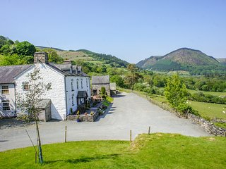 PENGWERN COTTAGE, en-suite, WiFi, fantastic hillside location with beautiful