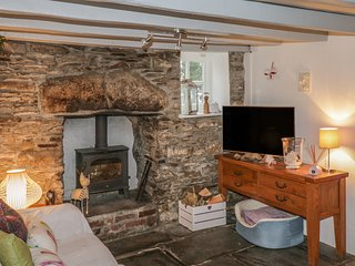 PENNYWORT COTTAGE, cosy, dog-friendly, near Camelford