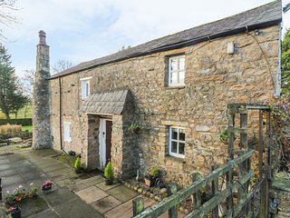 BIDEBER MILL COTTAGE, en-suite, WiFi, character features, romantic retreat near