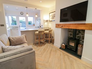PLAS MAWR COTTAGE, high-quality furnishings, enclosed garden, Conwy