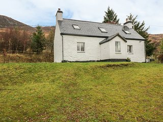 CREAG MHOR COTTAGE, detached pretty cottage, stunning views,  woodburning