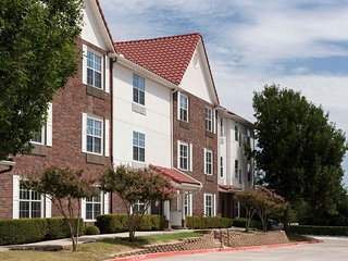 BEAUTIFUL 2BR TOWNHOME WITH BREAKFAST FOR 5! POOL, PARKING, FITNESS!