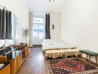 Spacious Vintage Apartment in Coolest Hipster District by easyBNB