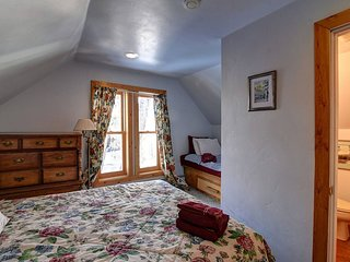 Bright, Quiet Suite w/ Gym, Sauna & Pool Table!