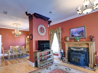 Governor's Mansion - downtown beautiful space, pool table, pets welcome!