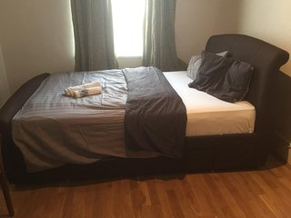 Spacious double room with private bathroom (ensuite)