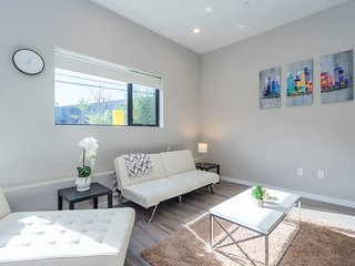 BRAND NEW LUXURY w Patio, Grill - Close to subway