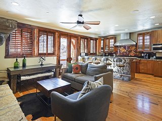 Luxury 4 BR home. Walk to Main St & Town Lift! Access to aquatics & spa!