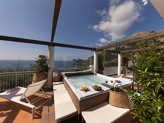 Villa Giove with Private Swimming Pool, Sea View, Jacuzzi and Breakfast, Near th
