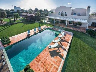 Quatrim do Sul Villa Sleeps 12 with Pool and WiFi - 5607978