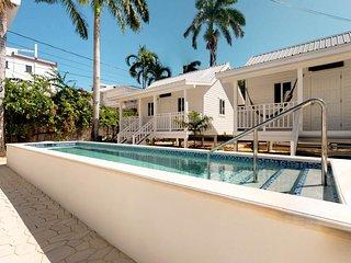 Cozy bungalow w/ shared pool, ocean view & hammock - beach nearby!