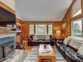 Gorgeous cabin with mountain views, near gondola & nature - walk to ski slopes!