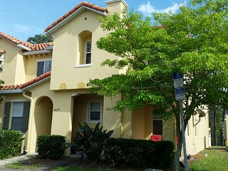 Luxurious 3 Bedroom Townhome-1.5 miles from Disney