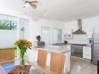 Cozy townhouse with shared pool, 10 minutes from beache! 2BR + Den
