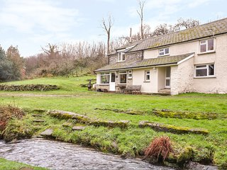EAST CLEAVE, pet-friendly, woodburning fire, near Bridestowe