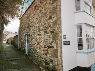 SUNNY CORNER COTTAGE, luxury interiors, central location in Lostwithiel