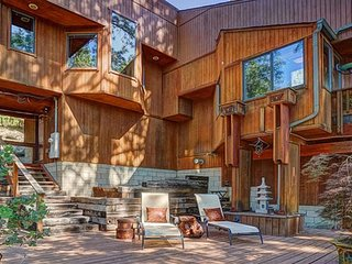 Artisan's Retreat: Gorgeous Contemporary Cabin with Spa NEW LISTING