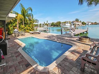 Manatee Home - Water front pool home walking distance from the Beach!