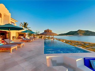 Oceanfront Getaway with High-end Amenities at Villa Bahia de los Frailes!