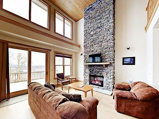 Mountaintop Magic: 4BR w/ Enclosed Heated Pool & Volleyball, Near Skiing