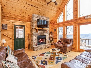 SkyRidge: Lodge-Style Home w/ Private Hot Tub, Fireplaces, Mountain-View Deck
