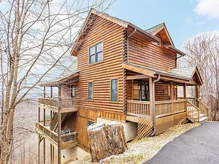 4BR 'SkyRidge' - Private Hot Tub, 2 Fireplaces, Mountain-View Deck