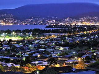 A Peaceful Oasis with Panoramic Hobart Views, Sleeps 4, Wifi & Parking