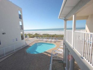 On the Beach! Pet Friendly, Pool, BBQ, Balcony, Free Wi-Fi, Cable & Parking-201