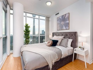 Elegant & Modern Condo (CN Tower Views)