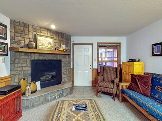 Cozy condo a  few blocks from ski resort w/  WiFi & flatscreen TVs! -Dogs OK
