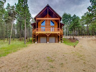 Secluded log home w/ mountain & forest views deck- 1 mile to lifts!