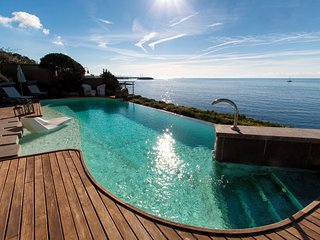 AS06 - In villa on the sea with pool- (AS06)