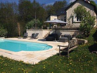 Heerlijk vakantiehuis met verwarmd zwembad en grote tuin aan de rand v/h dorp