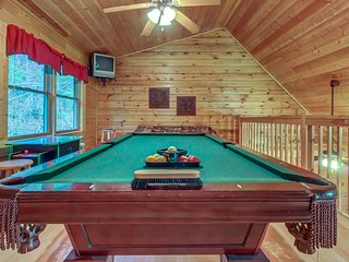 Split-level log cabin w/ game room, & hot tub - shared seasonal pool access!