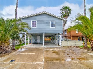 House in town, blocks to beach, fenced yard!