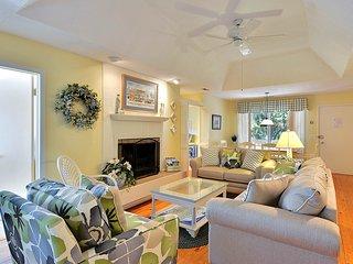 Dog-friendly cottage w/shared pool-tennis, golf & beach nearby!
