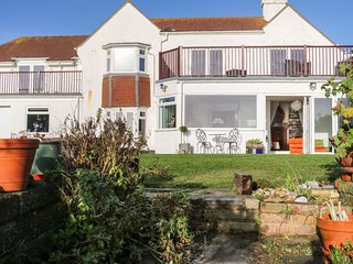 COODEN BEACH HOUSE, cinema room, WiFi, in Bexhill-on-Sea