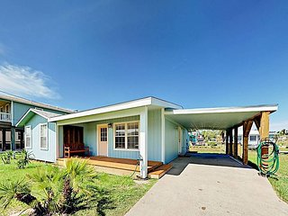Lovely 2BR with Bay Views & Big Backyard - Less than 1 Mile to Rockport Beach
