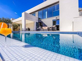 5 bedroom Villa with Air Con, WiFi and Walk to Beach & Shops - 5716604