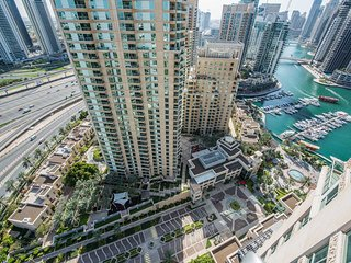 Bright and spacious apartment with Marina view!