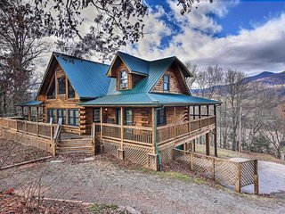 Whit's End Smoky Mtn Home w/ Hot Tub + 300° Views!