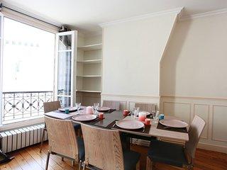 Appt lumineux à 3mn à pieds des Champs Elysées. 2 chambres + séjour. 4 à 6 pers