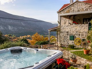 LUXURY VILLA LIPA WITH HOT TUB