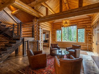 NEW LISTING! Luxury home w/hot tub & outdoor firepit-in the heart of Big Sky