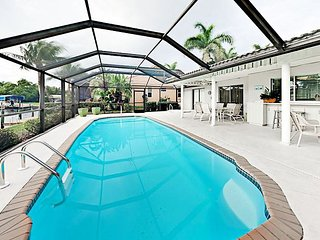 3BR w/ Bicycles & Kayak - Private Boat Dock, Screened Lanai w/ Pool on Canal