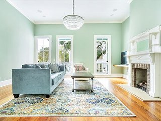 Stay with Lucky Savannah: Spacious Victorian with Front Porch, Free Parking