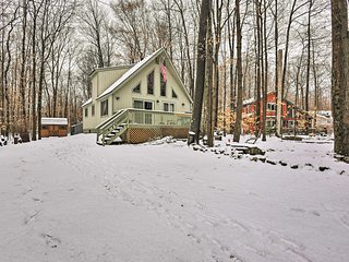 Cozy Pocono Lake Cabin in Gated Community w/Pools!