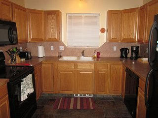 O-Town 3 bed/2ba Town Home, Parking & Pet-Friendly