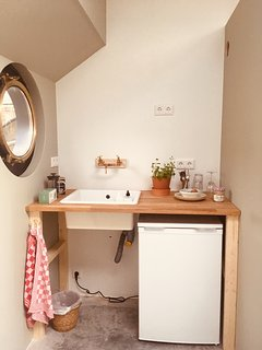 Kitchenette with cooker, coffee and tea.