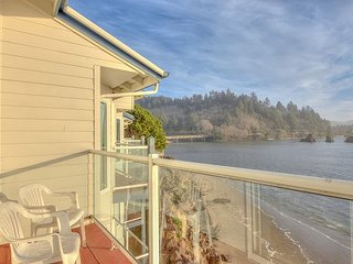 Panoramic views from this bay front condo, steps to dining and shopping!